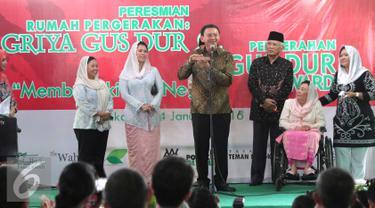 Gubernur DKI Jakarta, Basuki Tjahaja Purnama memberikan sambutan saat peresmian Griya Gus Dur di Jakarta, Minggu (24/1/2016). Griya Gus Dur merupakan rumah yang berisi potret perjuangan Gus Dur (Liputan6.com/Angga Yuniar)