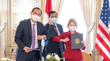Menkomarinves Luhut Pandjaitan bersama dengan Duta Besar (Dubes) Indonesia untuk AS, Muhammad Lutfi mewakili Pemerintah Indonesia, dan Presiden EXIM Bank AS, Kimberly Reed.