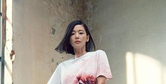 Jun Ji Hyun mengenakan Jersey Anenome Print T-Shirt dan Rok dengan dropped pocket detailing dari koleksi Alexander McQueen AW21. Melengkapi penampilannya, Jun Ji Hyun memilih Alexander McQueen Curve Bag berwarna oxblood (instagram/alexandermcqueen)