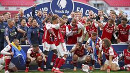 Ekspresi para pemain Arsenal ketika Piala FA terjatuh saat perayaan gelar juara di Stadion Wembley, London, Minggu (2/8/2020). Arsenal menjadi Juara Piala FA setelah menaklukkan Chelsea dengan skor 2-1. (Adam Davy/Pool via AP)