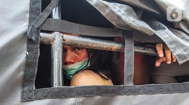 Kendaraan polisi membawa sejumlah remaja yang diamankan saat berkumpul di Kawasan Palmerah, Jakarta, Kamis (8/10/2020). Dari hasil pemeriksaan, mereka turun ke jalan karena mendapatkan undangan dari media sosial untuk melaksanakan aksi unjuk rasa di sekitar DPR. (Liputan6.com/Faizal Fanani)