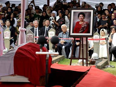 Jenazah istri presiden ke-6 RI Susilo Bambang Yudhoyono (SBY), Ani Yudhoyono siap untuk dimakamkan di TMP Kalibata, Jakarta, Minggu (2/6/2019). Upacara pemakaman Ani Yudhoyono berlangsung khidmat. (Liputan6.com/JohanTallo)