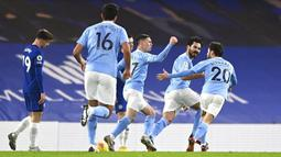Para pemain Manchester City merayakan gol yang dicetak oleh Ilkay Gundogan ke gawang Chelsea pada laga Liga Inggris di Stadion Stamford Bridge, Minggu (3/1/2021). City menang dengan skor 3-1. (Shaun Botterill/Pool via AP)