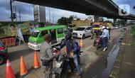 Petugas gabungan memberhentikan pengendara motor berpelat ganjil di Perempatan Yasmin, Kota Bogor, Sabtu (6/2/2021). Pemkot Bogor mulai menerapkan kebijakan ganjil-genap setiap akhir pekan untuk mengurangi mobilitas warga di tengah meningkatnya kasus positif COVID-19. (merdeka.com/Arie Basuki)
