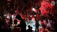 Pengunjung tengah memilih pernak-pernik Imlek di Glodok, Jakarta, Senin (22/1). Jelang perayan imlek sejumlah pedagang mulai menyajikan hiasan untuk merayakan Imlek 2018. (Liputan6.com/Angga Yuniar)