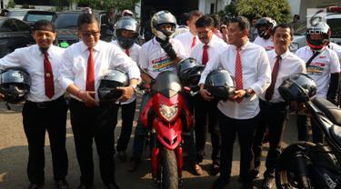 Rombongan Sembilan Sekjen koalisi Parpol yang menggunakan motor gede (Moge) saat tiba di Gedung KPU, Jakarta, Senin (20/8).(liputan6.com/Johan Tallo)