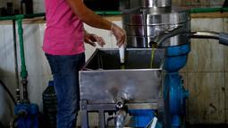 Seorang staf memindahkan minyak zaitun ke dalam wadah di sebuah pabrik pengolahan minyak zaitun di Borj Qalaouiye, Lebanon selatan, pada 18 Oktober 2020. Beberapa wilayah di Lebanon selatan masih menggunakan cara-cara tradisional untuk mengekstraksi minyak dari buah zaitun. (Xinhua/Bilal Jawich)