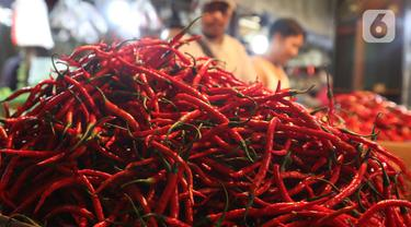 Aktivitas perdagangan cabai di Pasar Senen, Jakarta, Selasa (14/1/2020). Pada musim penghujan tahun ini harga berbagai macam cabai di pasar tersebut  meroket dari hanya Rp20 ribu per kilogram naik hampir mencapai Rp80 ribu. (Liputan6.com/Angga Yuniar)