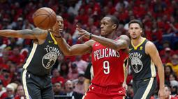 Pemain Pelicans, Rajon Rondo (9) memberikan umpan kepada rekannya saat melawan Warriors pada laga gim ketiga semifinal NBA basketball playoff di Smoothie King Center, New Orleans, (4/5/2018). Pelicans menang 119-100. (AP/Gerald Herbert)