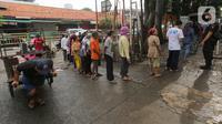 Warga antre saat Operasi Pasar di Pasar Palmerah, Jakarta, Jumat (20/3/2020). Perum Bulog bekerja sama dengan Sugar Group Companies menyiapkan 10 ton suplai gula tiap harinya dalam rangka Gerakan Stabilitas Pangan di 35 titik pasar. (Liputan6.com/Fery Pradolo)