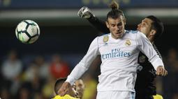 Kiper Villarreal, Andres Fernandez menghalau bola dari sundulan Gareth Bale pada laga terakhir La Liga di Ceramica stadium, Villarreal, (19/5/2018). Real Madrid bermain imbang 2-2. (AP/Alberto Saiz)