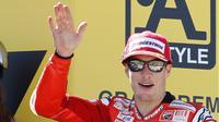 Salah satu momen saat Nicky Hayden meraih podium ketiga bersama Ducati di Motorland racetrack, Alcaniz, Spanyol, (19/9/2010). Nicky meninggal akibat kecelakaan sepeda di Italia. (AP/Paul White, File)