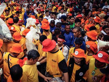Ratusan karyawan dan relawan Artha Graha Peduli mengangkat kantong sampahdi kawasan Bundaran HI, Jakarta, (21/02). 1500 orang dari berbagai komunitas, instansi dan perusahaan mereka membersihkan sampah dalam rangka HPSN 2016. (Liputan6.com/Fery Pradolo)