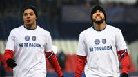 Dua striker Paris Saint-Germain, Neymar (kanan) dan Kylian Mbappe melakukan pemanasan sebelum laga lanjutan Liga Champions 2020/21 Grup H melawan Istanbul Basaksehir di Parc des Princes Stadium , Paris, Rabu (9/12/2020). PSG menang 5-1 atas Basaksehir. (AFP/Franck Fife)