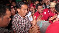 Suasana di tempat pelelangan ikan sendiri sangat ramai. Warga pun berebut untuk melihat Jokowi dari dekat.