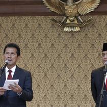 Mantan MenPAN RB Asman Abnur dan MenPAN RB yang baru Komjend Pol Syafruddin saat sertijab di Kantor Kementerian PANRB, Jakarta, Rabu (15/8). (Liputan6.com/Fery Pradolo)