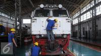 Mekanik melakukan perbaikan sebuah lokomotif di Dipo Lokomotif Jatinegara, Jakarta, Kamis (23/6). Perbaikan sejumlah lokomotif ini terus dilakukan sebagai bentuk persiapan menghadapi mudik Lebaran 2016. (Liputan6.com/Angga Yuniar)