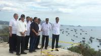 Presiden Jokowi meninjau rencana pengembangan Bandara Komodo setibanya di Labuan Bajo, NTT. Rabu (10/7/2019).(Liputan6.com/ Lizsa Egeham)