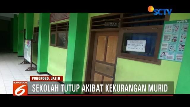 Akibat kekurangan murid, SD Negeri Bangunsari 2 Ponorogo ditutup. Orangtua murid menyesalkan hal itu, lantaran tak ada pemberitahuan terlebih dahulu.