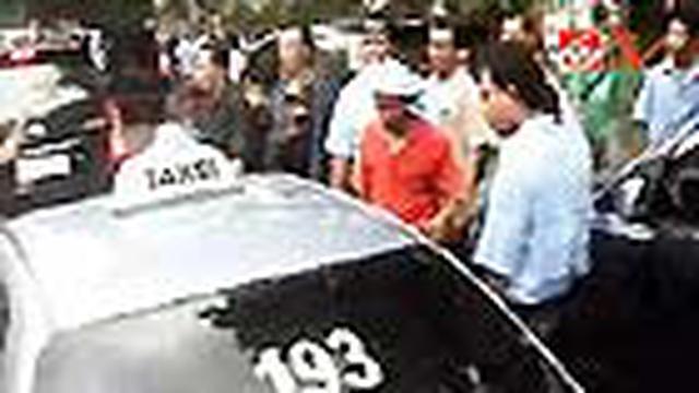 Para sopir taksi di Bali, Senin siang, merazia armada Bali Taksi. Armada milik perusahaan Blue Bird tersebut dinilai telah mengurangi pendapatan para sopir taksi.
