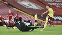 Penjaga gawang Liverpool, Alisson, menyelamatkan tendangan Ashley Barnes dari Burnley pada pertandingan Liga Inggris di Liverpool, Inggris, Kamis, 21 Januari 2021. (Peter Powell / Pool via AP)