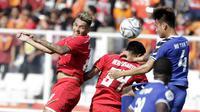 Striker Persija Jakarta, Silvio Escobar, menyundul bola saat melawan Becamex Binh Duong pada laga Piala AFC di SUGBK, Jakarta, Selasa (26/2). Kedua klub bermain imbang 0-0. (Bola.com/M. Iqbal Ichsan)
