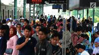 Calon penumpang menunggu rangkaian kereta Commuter Line di Stasiun Manggarai, Jakarta, Selasa (22/1). PT. Kereta Commuter Indonesia (KCI) menutup sementara jalur 10 di Stasiun Manggarai guna mempercepat proses revitalisasi. (Merdeka.com/Imam Buhori)