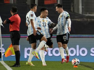Penyerang Argentina, Lionel Messi berselebrasi dengan timnya setelah mencetak gol ke gawang Bolivia pada Kualifikasi Piala Dunia 2022 zona Amerika Selatan, di Stadion El Monumentttal, Jumat (10/9/2021). Hat-trick Messi membuat Argentina menang 3-0 atas Bolivia. (Natacha Pisarenko/POOL/AFP)