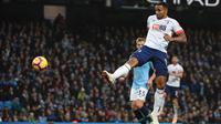 Striker Bournemouth Callum Wilson merobek gawang Manchester City pada laga Liga Inggris di Etihad Stadium, Sabtu (1/12/2018). (AFP/Oli Scarff)