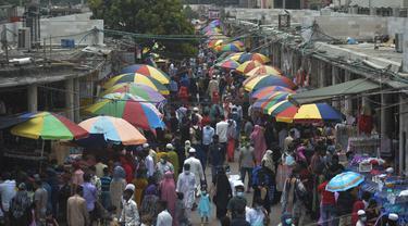 Orang-orang memadati Pasar Baru Dhaka untuk berbelanja menjelang Idul Fitri di Dhaka, Bangladesh, Rabu (12/5/2021). Umat Islam di dunia mulai sibuk mempersiapkan diri menyambut hari kemenangan setelah sebulan menjalankan ibadah puasa Ramadhan. (Munir Uz zaman / AFP)