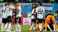 Para pemain timnas Argentina merayakan kemenagan atas Nigeria pada matchday terakhir Grup D Piala Dunia 2018 di Stadion St. Petersburg, Selasa (26/6). Melalui cara yang dramatis, Argentina berhasil meloloskan diri ke babak 16 besar. (AP/Petr David Josek)