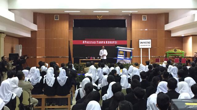 Presiden Joko Widodo merayakan Hari Antikorupsi Sedunia di SMKN 57 Jakarta. (Merdeka/Titin Supriatin)