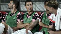 Cristiano Ronaldo di bangku pemain cadangan Juventus saat melawan K-League All Stars di Seoul World Cup Stadium, Seoul (26/7/2019). (AFP/Jung Yeon-je)