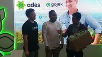Sinergi Ades dan Gojek mengumpulkan kemasan plastik botol bekas. (Liputan6.com/Henry)