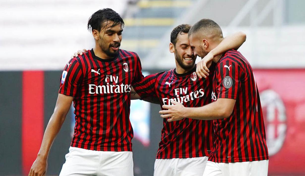 Pemain AC Milan merayakan gol yang dicetak oleh Ante Rebic ke gawang AS Roma pada laga Serie A di Stadion San Siro, Minggu (28/6/2020). AC Milan menang 2-0 atas AS Roma. (AP/Spada)