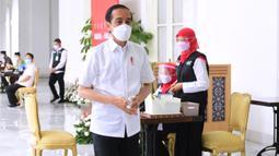 Presiden Joko Widodo atau Jokowi usai menjalani pendaftaran dan verifikasi data saat mengikuti vaksinasi COVID-19 di Istana Merdeka, Jakarta, Rabu (13/1/2021). Sebelum divaksin, Jokowi melakukan pendaftaran dan verifikasi data serta penapisan kesehatan. (Biro Pers Sekretariat Presiden/Muchlis Jr)