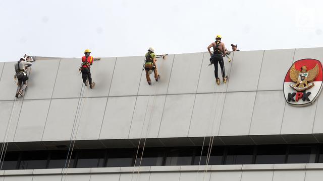 Seruan Lapor Kekayaan, Spanduk Raksasa Dibentangkan di Gedung KPK