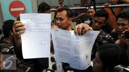 Pengacara Freddy Budiman, Untung Sunaryo memperlihatkan surat usai menjenguk Freddy Budiman di Lapas Nusakambangan, Jawa Tengah, Rabu (27/7). Freddy Budiman masih berharap Presiden bisa memberikan Grasi untuk dirinya. (Liputan6.com/Helmi Afandi)