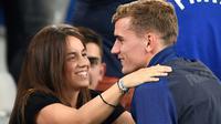 Pemain Prancis, Antoine Griezmann memeluk kekasihnya Erika Choperena setelah timnya menang atas Jerman 2-0 pada piala Eropa 2016 di Stade Velodrome, Marseille (7/7/2016). (AFP/Franck Fife)