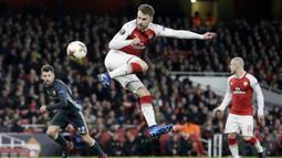 Gelandang Arsenal, Aaron Ramsey, mencetak gol ke gawang CSKA Moscow pada laga perempat final Liga Europa, di Stadion Emirates, Kamis (5/4/2018).  Arsenal menang 4-1 atas CSKA Moscow. (AP/Tim Ireland)