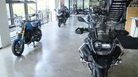 Sejumlah motor BMW berderet di BMW Motorrad Indonesia Flagship Store di Jalan TB Simatupang, Cilandak, Jakarta Selatan.