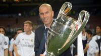 Zinedine Zidane. Ia menjadi pelatih utama Real madrid pada tengah musim 2015/2016 menggantikan Rafael Benitez setelah sebelumnya menangani Real Madrid Castilla. Ia langsung mempersembahkan trofi Liga Champions di musim tersebut dan mempertahankannya di dua edisi berikutnya. (AFP/Filippo Monteforte)