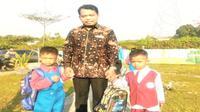 Ketua KPAI Susanto mengantar anak di hari pertama sekolah pada Senin, 15 Juli 2019. (Dok KPAI)