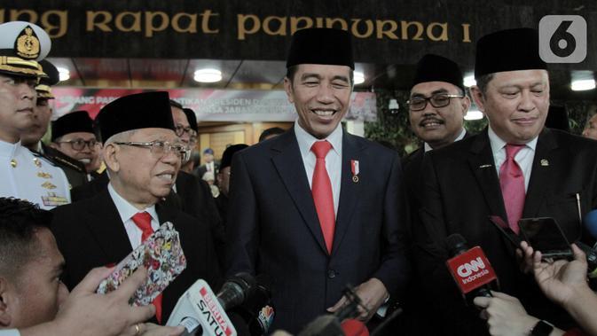 Joko Widodo atau Jokowi (tengah) didampingi Ma'ruf Amin (kiri) dan Ketua MPR Bambang Soesatyo (kanan) memberikan keterangan kepada awak media usai dilantik sebagai Presiden dan Wakil Presiden RI periode 2019-2024 di Gedung Nusantara, Jakarta, Minggu (20/10/2019). (merdeka.com/Iqbal Nugroho)