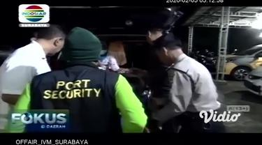 Seorang pelaku penculikan anak berusia 10 tahun di Gresik, Jawa Timur, babak belur dihajar warga hingga kritis. Bahkan massa yang tidak bisa menahan amarah merusak mobil yang dibawa pelaku.