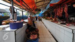 Pedagang ayam potong menunggu pembeli di salah satu lapak di Pasar Minggu, Jakarta, Rabu (22/7/2015). Hari ke-5 pasca Lebaran, aktivitas perdagangan di pasar tradisional belum kembali normal. (Liputan6.com/Yoppy Renato)