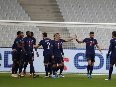 Penyerang Prancis, Olivier Giroud (kedua kanan) berselebrasi dengan rekan-rekannya usai mencetak gol ke gawang Swedia pada pertandingan UEFA Nations League di stadion Stade de France di Saint-Denis, Paris (17/11/2020). Giroud mencetak dua gol dan Prancis menang 4-2. (AP Photo/Francois Mori)