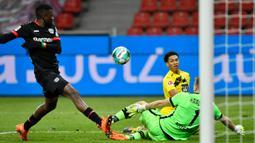 Gelandang Borussia Dortmund, Jude Bellingham, berusaha mencetak gol ke gawang Bayer Leverkusen pada laga lanjutan Liga Jerman di BayArena Stadium, Rabu (20/1/2021). Bayer Leverkusen menang 2-1 atas Borussia Dortmund. (AFP/Martin Meissner/pool)
