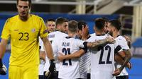 Para pemain Timnas Italia merayakan gol Francesco Caputo ke gawang Moldova dalam laga persahabatan di Stadion Artemio Franchi, Florence, Italia, Rabu, 7 Oktober 2020. (Marco Bucco / LaPresse via AP)