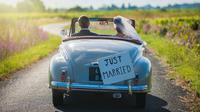 Bila Anda dan pasangan memutuskan mengadakan prosesi melepas kepergian pengantin menggunakan mobil, sebaiknya disesuaikan dengan tema pernikahan.